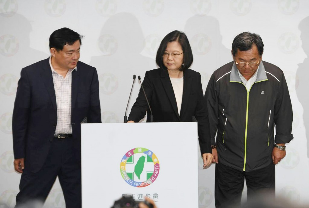 President Tsai Ing-wen (center) resigns as DPP chairwoman.