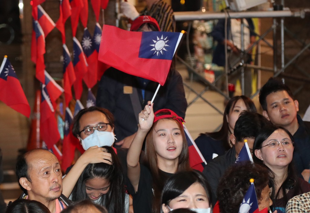 Ting Shou-chung supporters watch election results in Taipei.