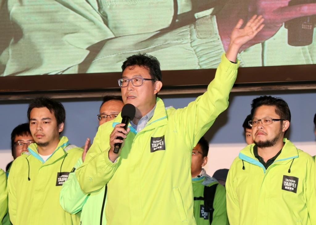 2018九合一選舉24日晚間持續開票,民進黨台北市長候選人姚文智(中)開票情形不理想,已自行宣布敗選,姚文智並與支持者握手致意,感謝一路以