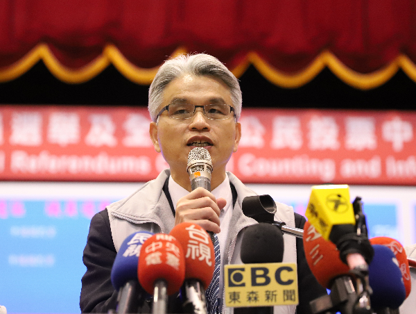Former CEC Chairman Chen In-chin speaks to press early Sunday, Nov. 25