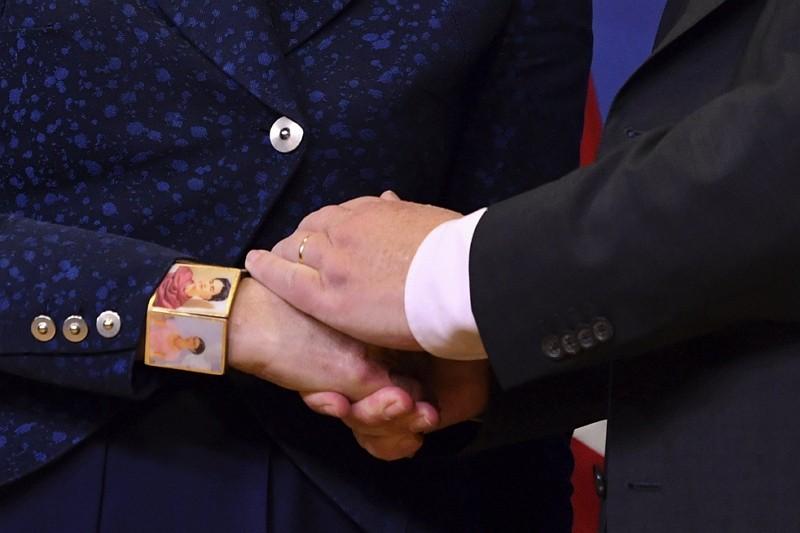 英國首相梅伊與歐盟執委會主席容克握手(美聯社)