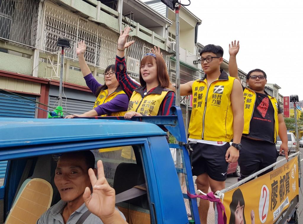 雲林農家出身的廖郁賢(車上左2)今年以時代力量黨籍參選雲林縣議員,順利當選,成為雲林地區首名時力女議員,25日由家人及服務團隊陪同展開謝票