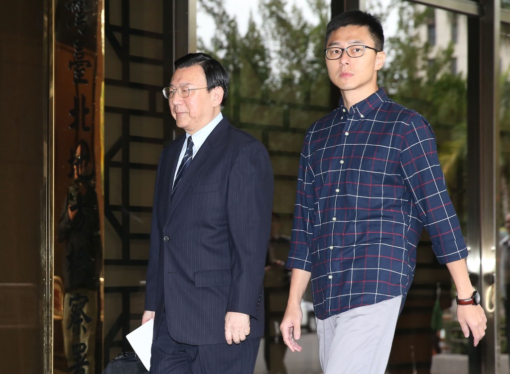 Chou Kuo-tai, left, with Chan Wei-yuan at Taipei District Court