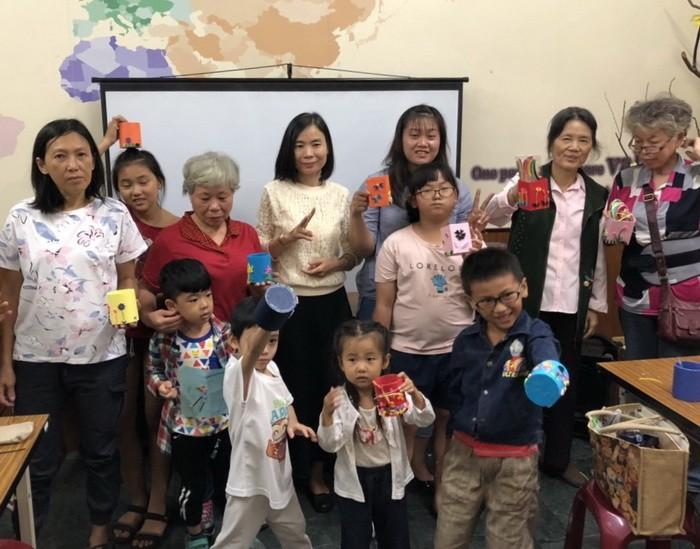 學員們開心與捲紙作品合照,感謝阮氏雪老師為大家帶來充實有趣的多元文化體驗。(高雄市政府社會局提供)