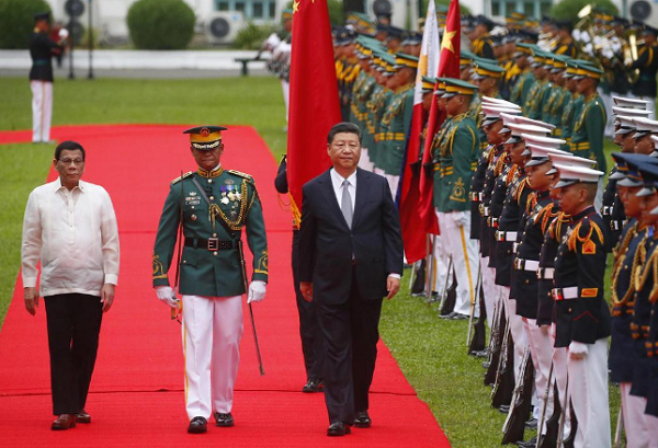Xi Jinping arriving at the Presidential Palace in Manila, walking ahead of Duterte, PHI honor guard carrying Chinese flag