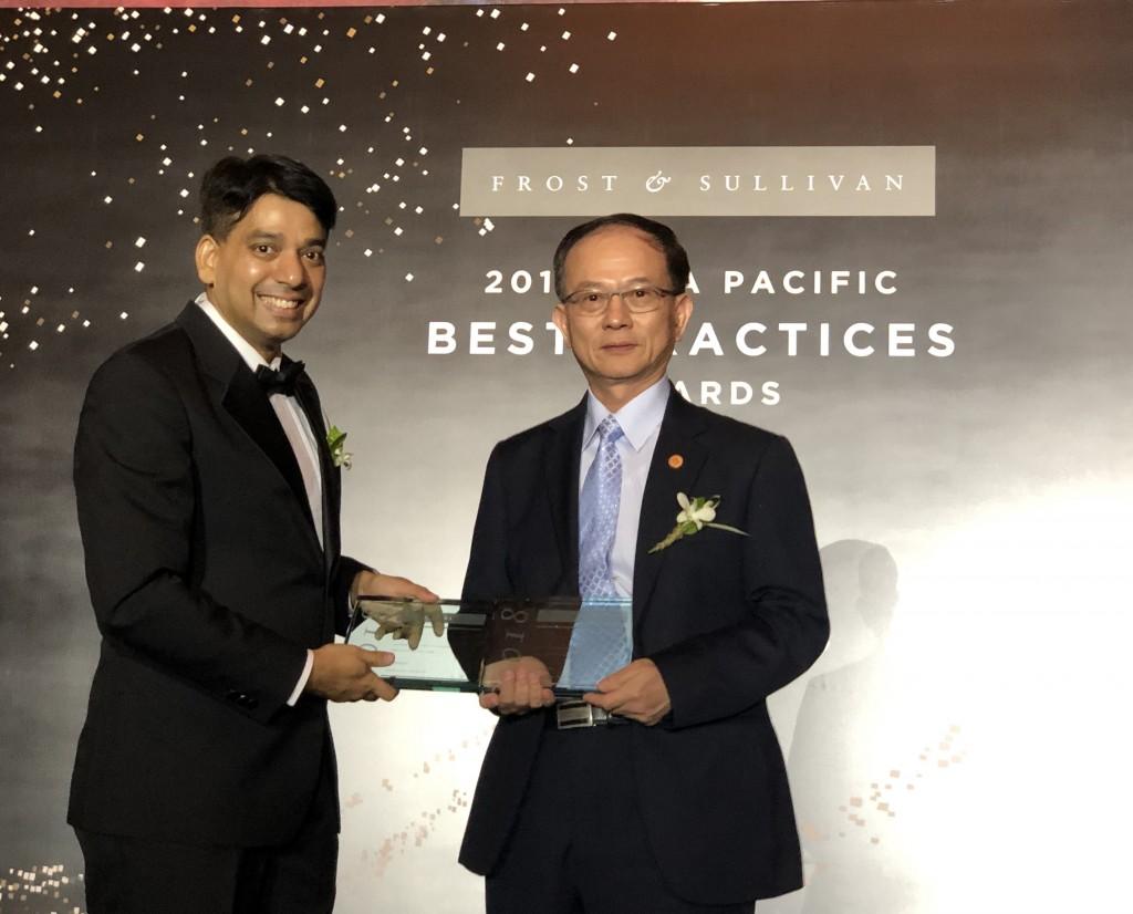 frost & sullivan 副主席ajay sunder(左)頒獎給中華電信,由行動分公司總經理陳明仕代表領獎。(照片來源:中華電信