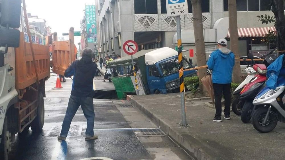 Truck stuck in sinkhole. (Image from 爆料公社)