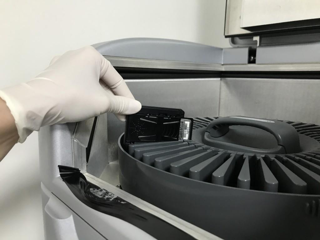 將晶片放上微陣列晶片掃描儀。