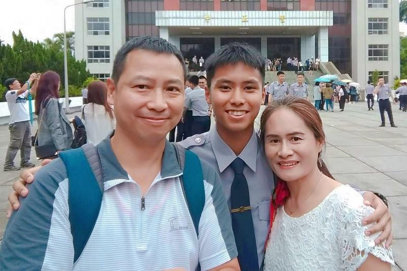 Wang Huang Kuan-chun (middle ) and his  family (photo courtesy of Wang Huang's family)