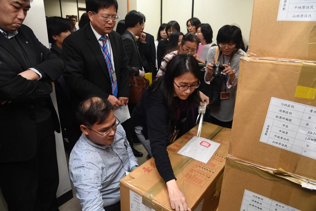 國民黨台北市長候選人丁守中聲請查封票匭重新計票案,台北地院法官及雙方律師29日下午到台北市選委會查封票匭。