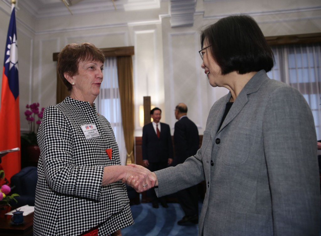 Susan Elliott, left, with Tsai Ing-wen