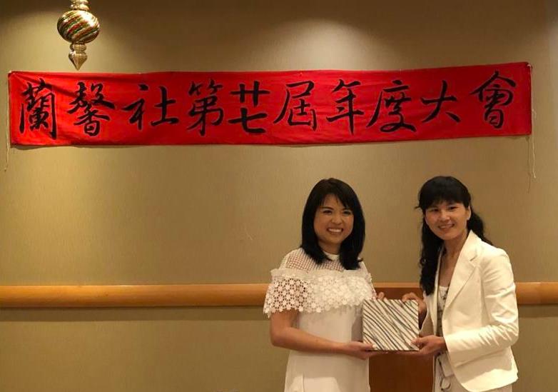 第27屆會長會長康芝郁(左)將印信移交第28屆會長高雅芬(右)(圖/駐加拿大台北代表處)