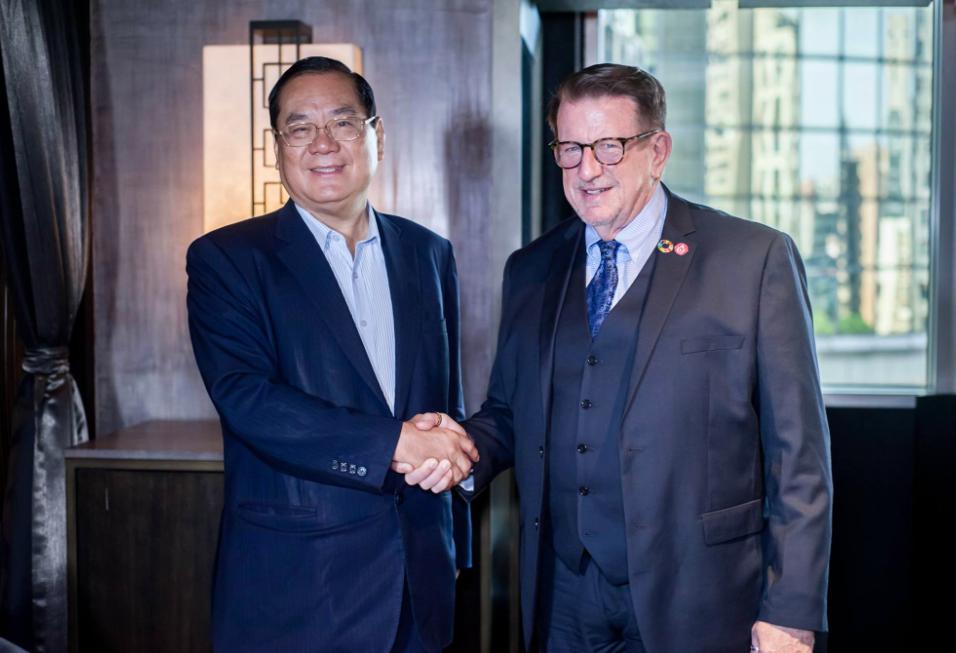 世盟理事長曾永權(左)與聯合國官員主席納茲(右)出席2018國際自由民主論壇(圖/世盟)