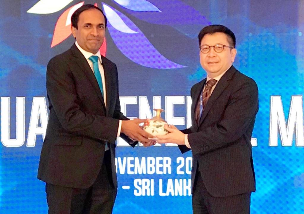 集保結算所成為亞太地區集保組織ACG當然執行委員,可倫坡證交所CEO Rajeeva Bandaranaike(左)向林修銘董事長(右)表