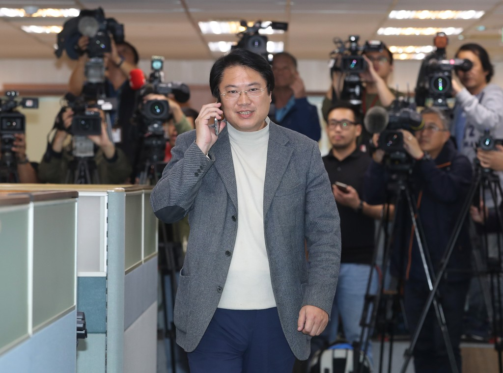 Acting chairman Lin Yu-chang arriving at a DPP meeting Wednesday.
