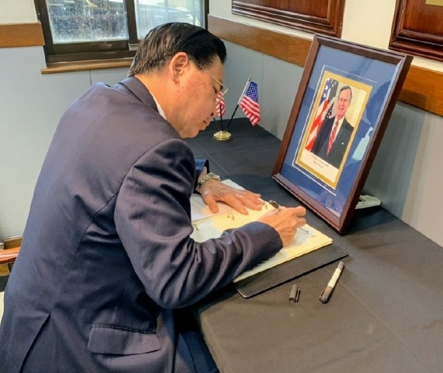 Foreign Minister Joseph Wu signing the condolence book at AIT (photo courtesy of twitter.com/mofa_taiwan)