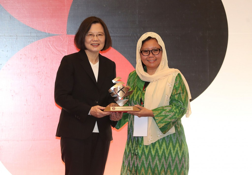 President Tsai Ing-wen presents the Asia Democracy and Human Rights Award to President of the Indonesia-based NGO, Gusdurian Network Indonesia, Alissa