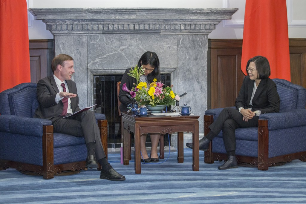 Tsai, left, with German Marshall Fund representative (image from Office of the President)