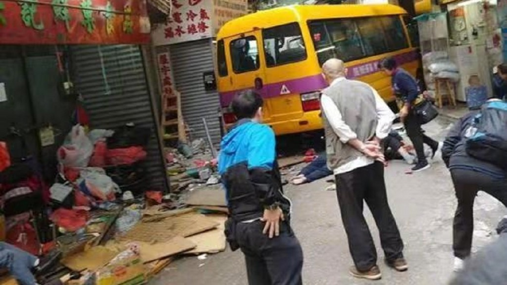 Scene of bus crash. (Weibo image)