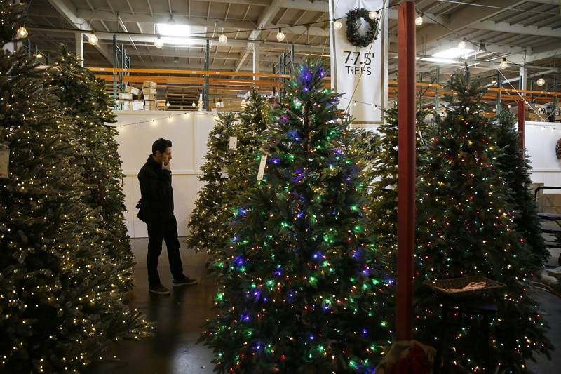 人造聖誕樹賣場(圖/美聯社)