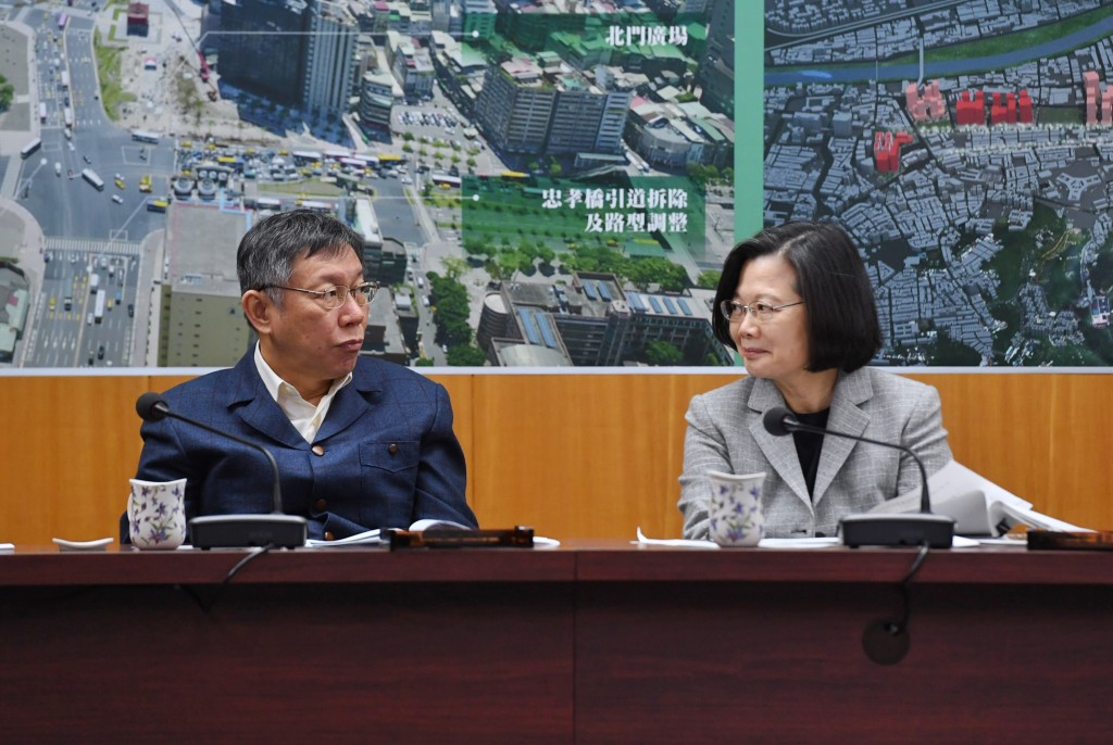 President Tsai Ing-wen meets with Taipei Mayor Ko Wen-je at the Taipei Beimen Post Office on Dec. 14 (Source: CNA)