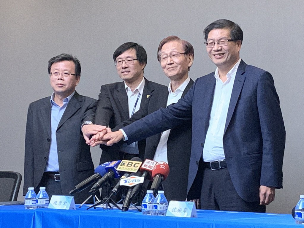 ASUS CEO Jerry Shen (first right) leaves, to be succeeded by Samson Hu (first left) and Hsu Hsien-yueh (second left), says Chairman Jonney Shih (secon...