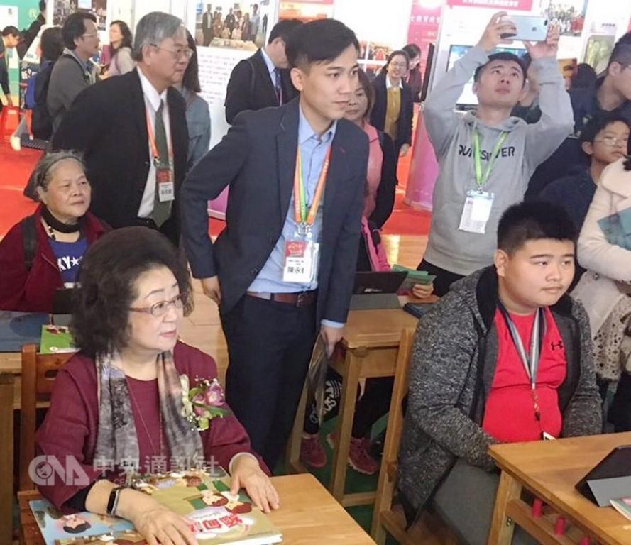 教育部次長范巽綠(前左)<圖片來源:中央社>