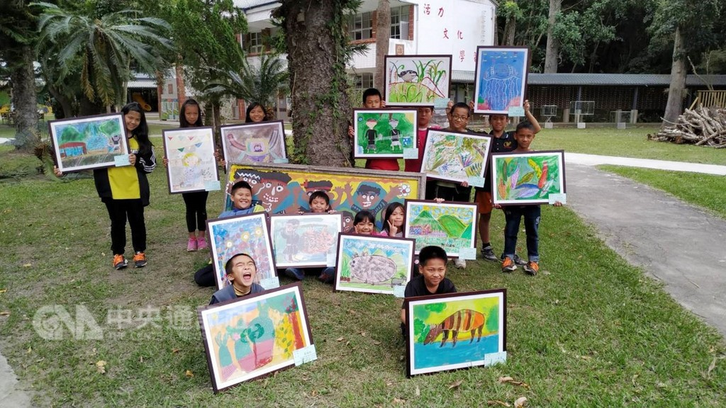 Bunun students and their paintings