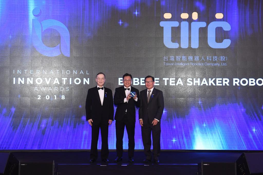 照片左起:簡又新董事長、台灣智能機器人蘇勃碩處長、Enterprise Asia CEO Mr. Tan Sri Dr. Fong Cha...