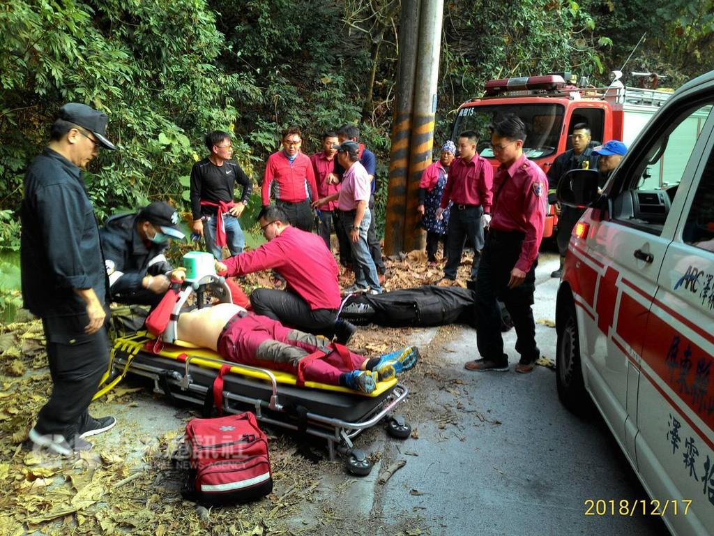 Man receiving treatment (left). (Pingtung Fire Department photo)