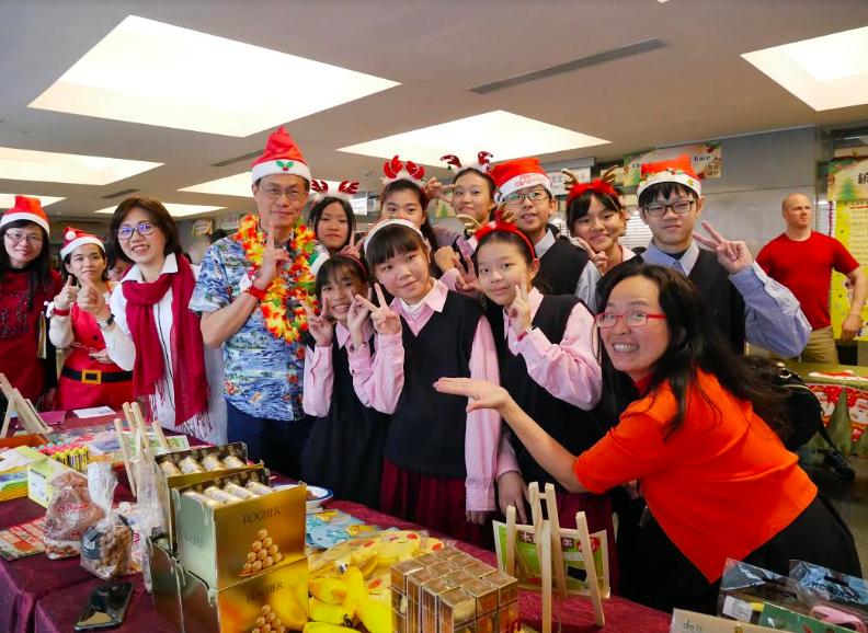 新北市政府教育局舉辦「樂學英語Show Party」成果發表會,副局長蔣偉民(左4)也一同參與(圖/主辦單位)