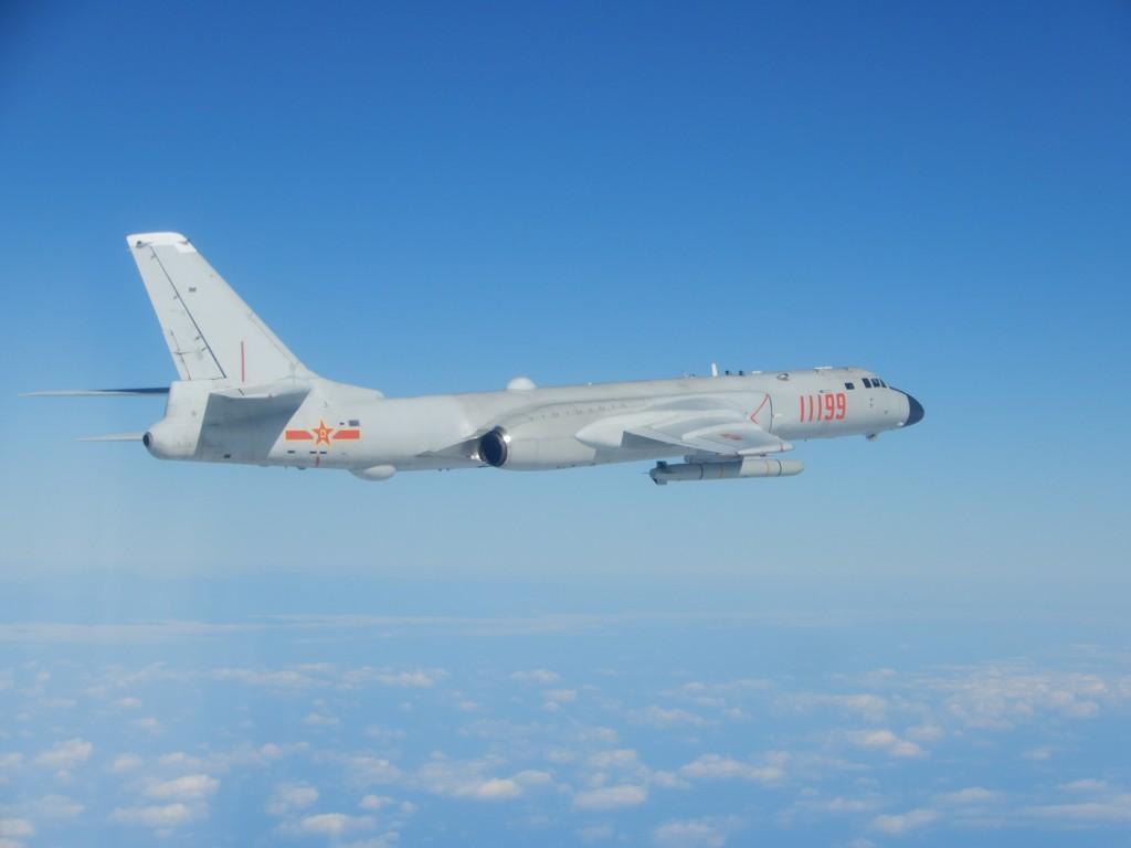國防部18日表示,共軍轟6(圖)、運8、蘇愷30及2艘軍艦,在台灣東南防空識別區外的西太平洋海域進行遠海長航訓練。(國防部提供)