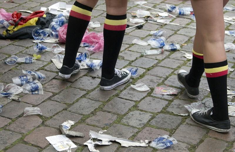 比利時一次狂歡後滿地垃圾(圖/美聯社)