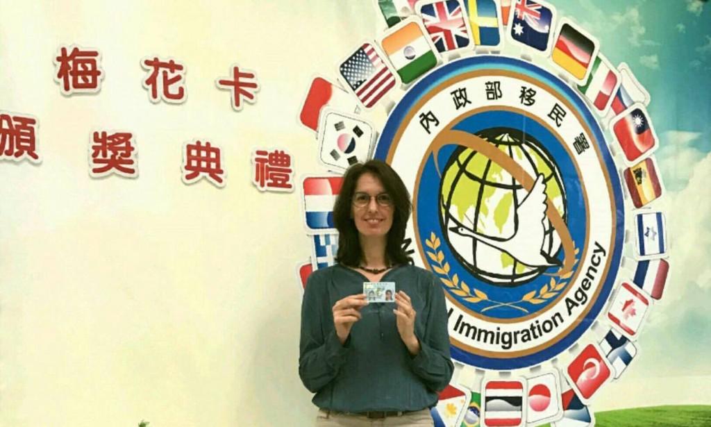 來自法國的博嘉嘉獲移民署頒發外僑永久居留證「梅花卡」(圖/ 移民署)