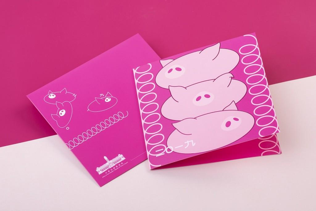 總統的賀年卡係以生肖為題設計,主圖「三隻堆疊小豬」(總統府提供)