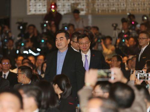 Taipei Deputy Mayor Teng Chia-chi (front) and Shanghai Executive Vice Mayor Zhou Bo (rear).