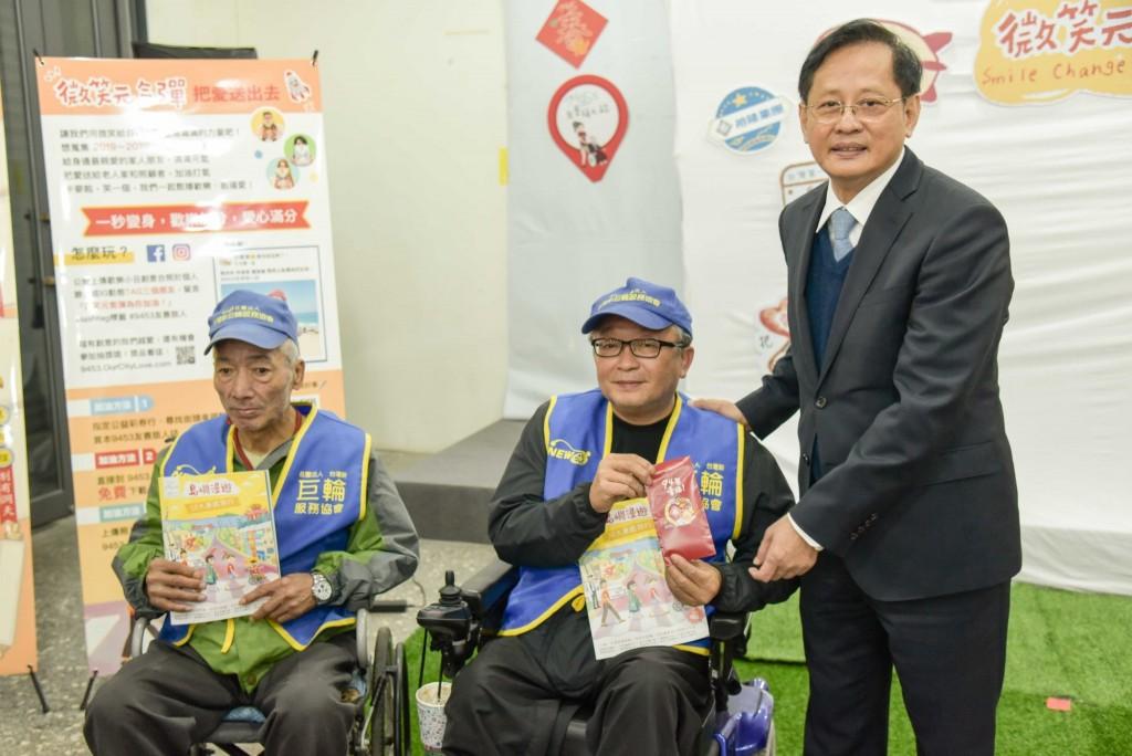 裕隆集團蕭明輝副總捐贈紅包給新巨輪夥伴中之前裕隆同仁 (裕隆集團提供)