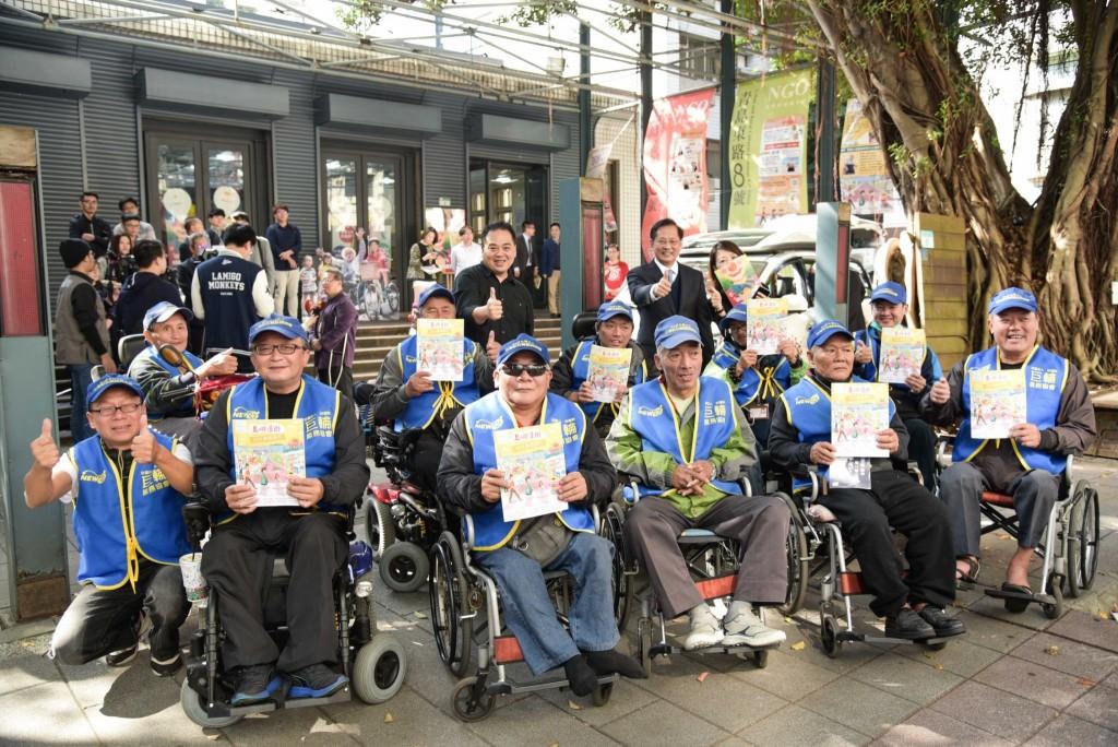 9453友善旅人雜誌販售所得將全數直接捐贈給身障街賣者。圖為新巨輪服務協會與裕隆集團蕭明輝副總、众社企林崇偉老師合影 (裕隆集團提供)