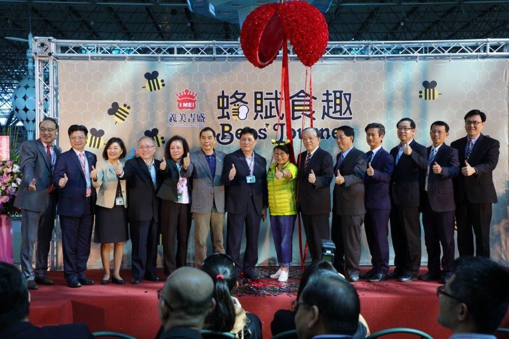 「義美吉盛 ╳ 蜂賦食趣」美食廣場開幕大合照。(照片由台灣英文新聞拍攝)