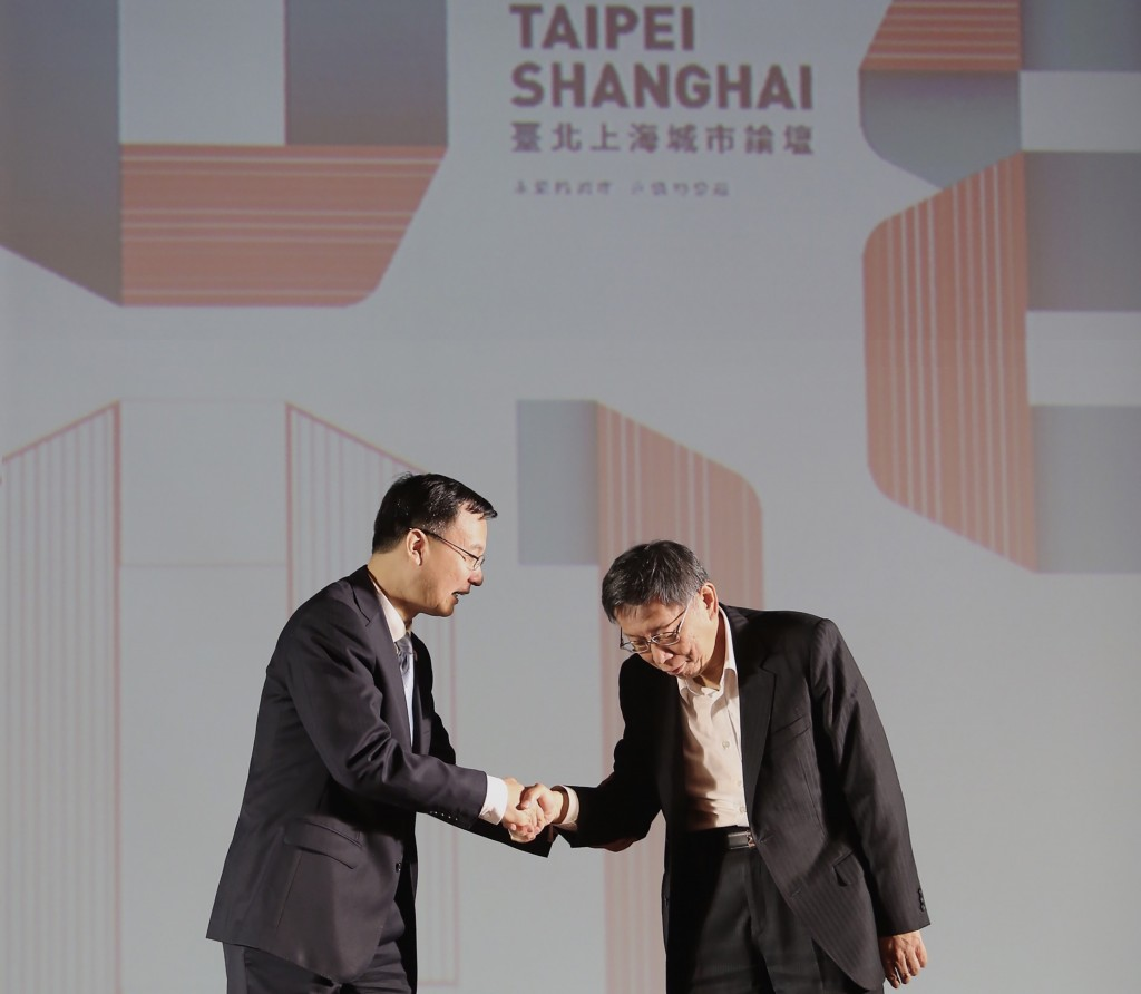 台北上海雙城論壇歡迎晚宴19日在圓山大飯店登場,台北市長柯文哲(右)在台上與上海市常務副市長周波(左)握手致意。