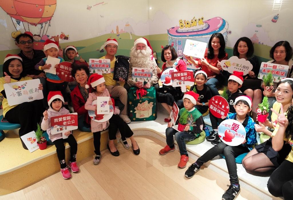 北富銀「e家人分行」21日舉辦首場親子活動,邀請來自芬蘭的「正宗」聖誕老公公與親子客戶一同DIY卡片,未來e家人分行每月將舉辦親子活動,讓