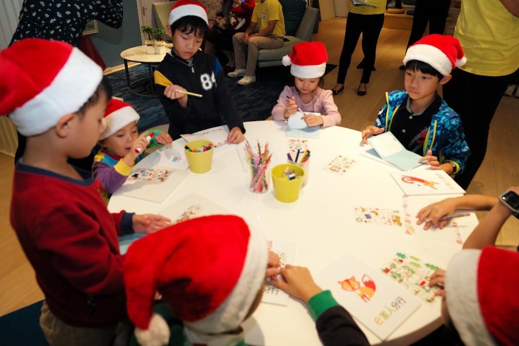 「e家人分行」為北富銀首家以親子理財為訴求的分行,21日舉辦第一場親子活動,邀請親子客戶DIY聖誕卡片關懷偏遠國小學童,一起把愛傳出去。(