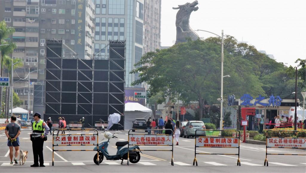 高雄市長當選人韓國瑜就職典禮25日在愛河畔登場,不料警方22日起在會場周邊街道實施五天的交通管制引來民怨(照片來源:中央社提供)
