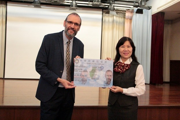 魯四維教授(左)(圖/ 文藻外語大學)