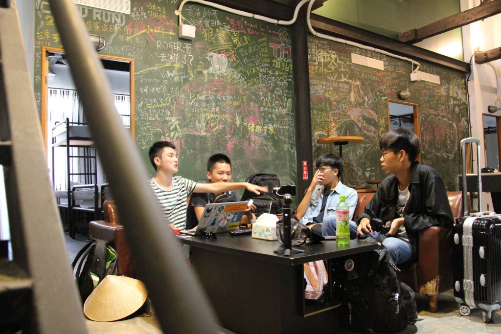 彰化高中的孩子們在臺東二魚青年旅館討論分工(圖/ 教育部)