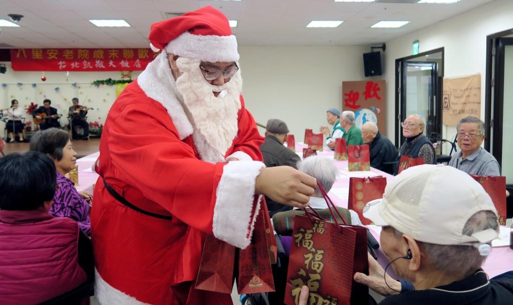 台北凱撒冬日送暖 員工擔任一日志工伴長者共迎耶誕