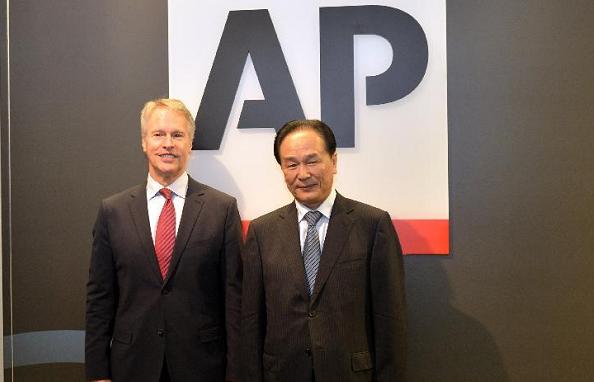 AP chief exec. Gary Pruitt (L) and Xinhua Pres. Cai Mingzhao (R) (Xinhua/AP)