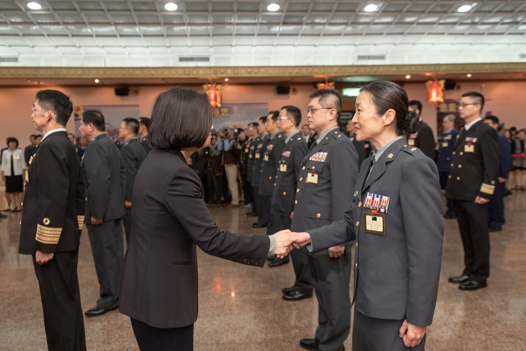 Tsai Ing-wen, left, with Ku Li-tu (Image from Office of the President)