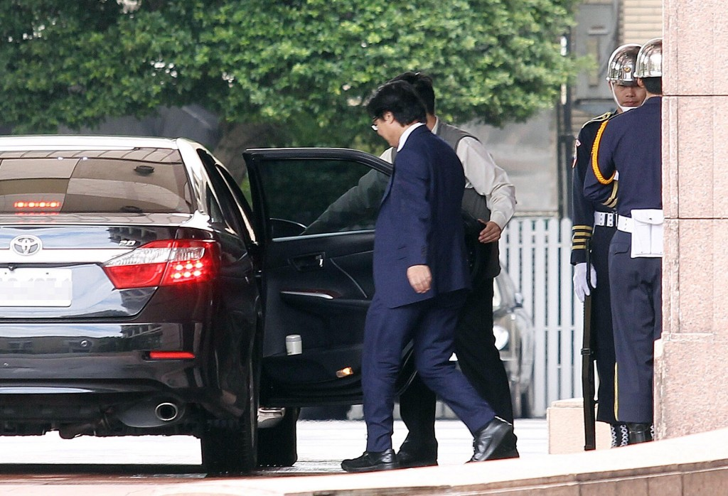 Education Minister Yeh Jiunn-rong leaving the Cabinet building after tendering his resignation Tuesday.