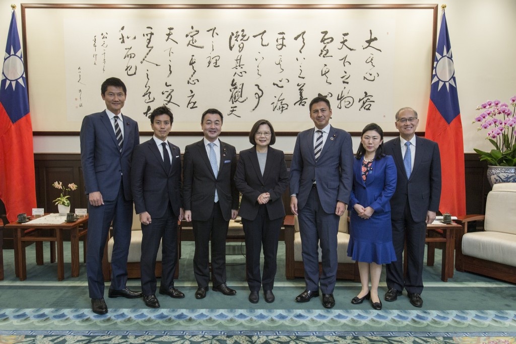 Tsai Ing-wen, center, with Japanese delegation. (Image from Office of the President)